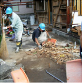 写真:上屋廃材分別中
